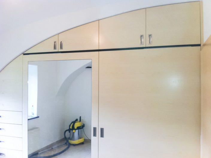 Einbaukasten mit Deckenrundung aus Ahorn und Spiegeleinsatz