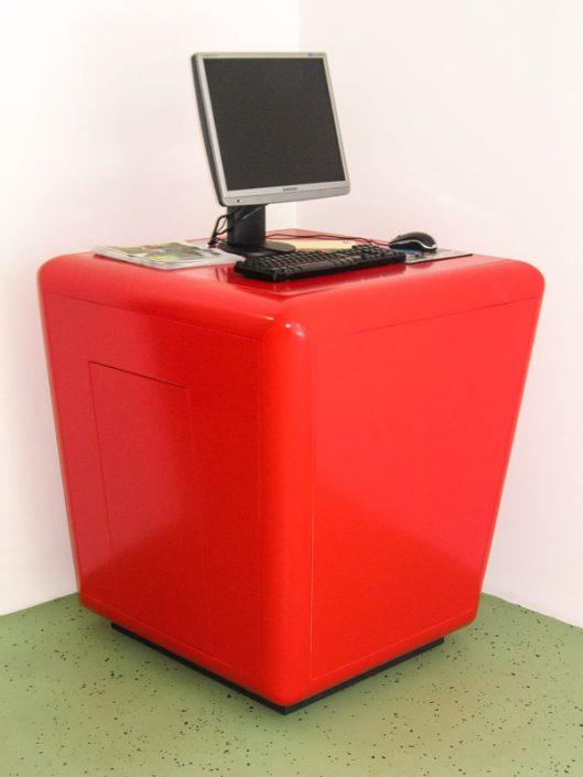 Infowürfel Villach rot glänzend lackiert mit PC Bildschirm