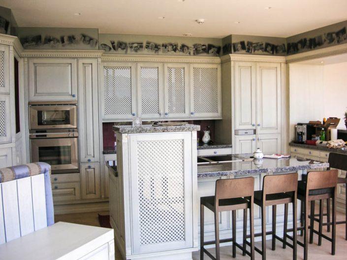 Küche in weiss, Fronten mit Füllungen