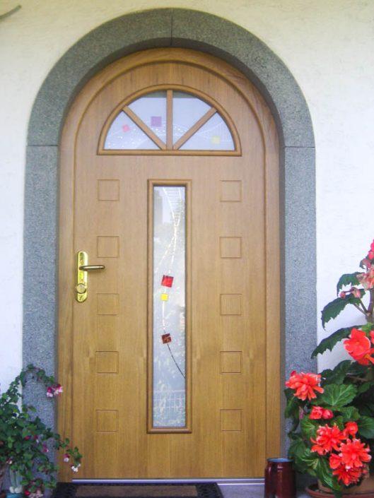 Haustüre in Eiche furniert mit Rundbogen und Glaseinsatz