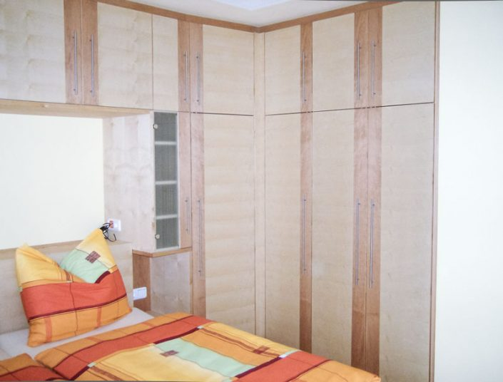 Schlafzimmerschrank aus Birke und Erle