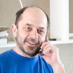 Tischler in Villach Gerald Kleber beim telefonieren