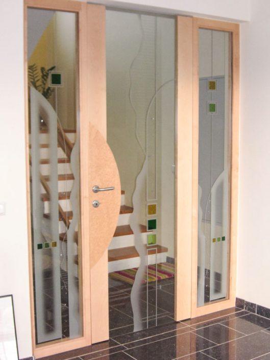 Türe mit Windfangelement und Kunstverglasung