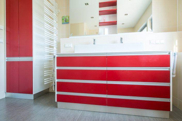 Moderne Badmöbel rot lackiert, flächenbündige Griffleisten