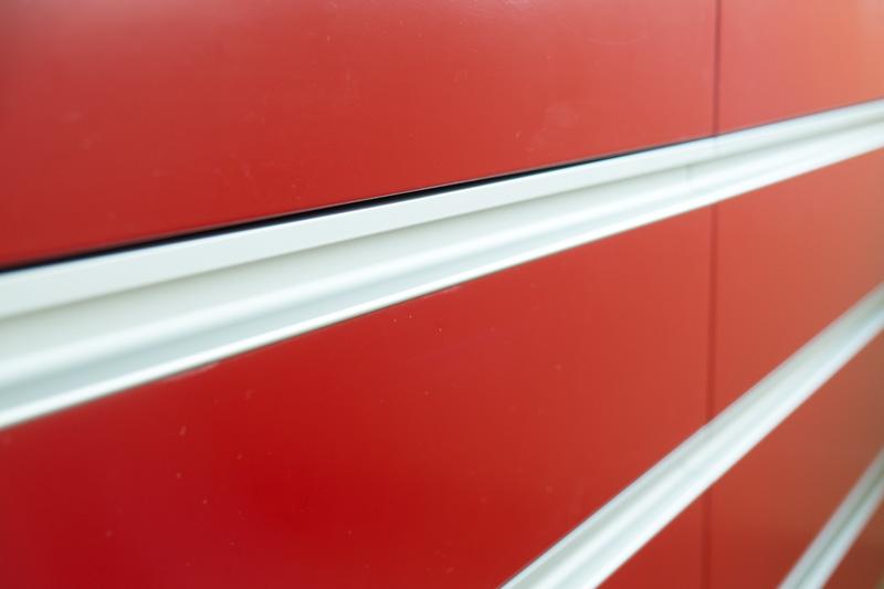 badmobel rot, detail badmöbel mit flächenbündigen griffleisten aus alu, rot, Design ideen