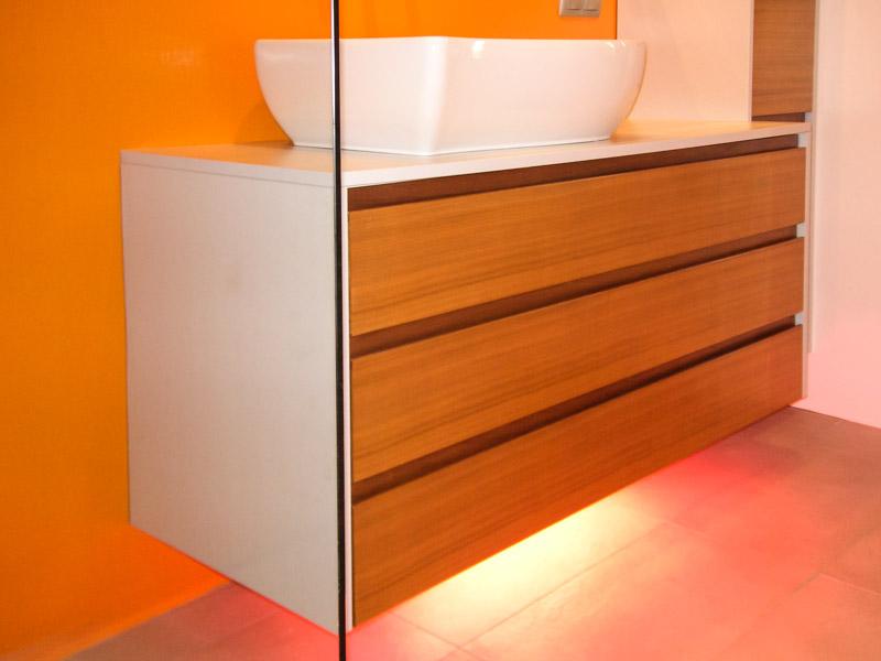 Badmöbel Fronten Kunststoff Nuss mit weissen Waschbecken
