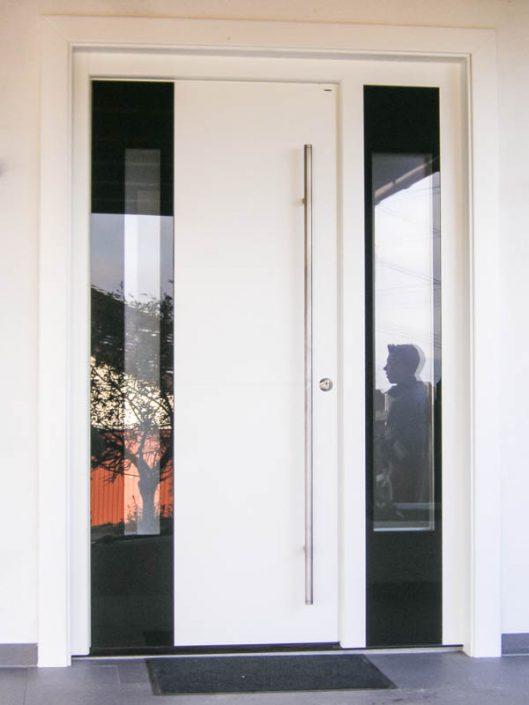 weiss lakierte Türe mit weissen Seitenteil und Glaseinsatz