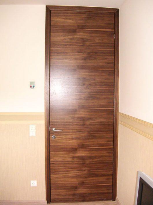 Wand und flächenbündige Innentüre mit verdeckten Bändern