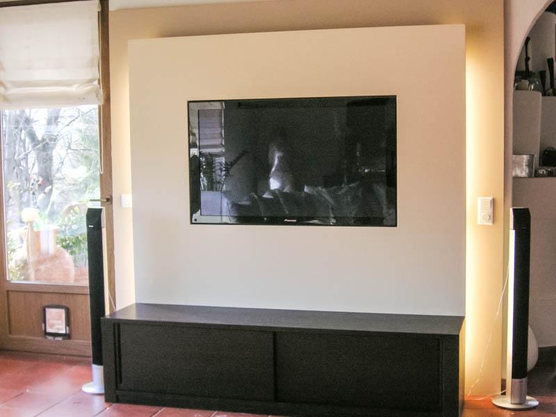 helle Wohnwand mit flächenbündigen TV
